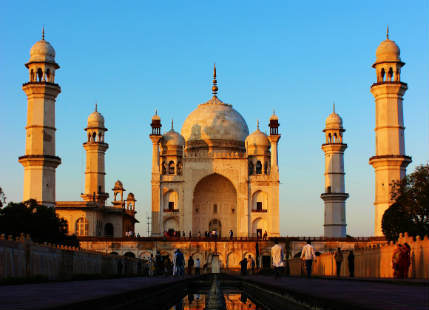 Buildings that look like Taj Mahal