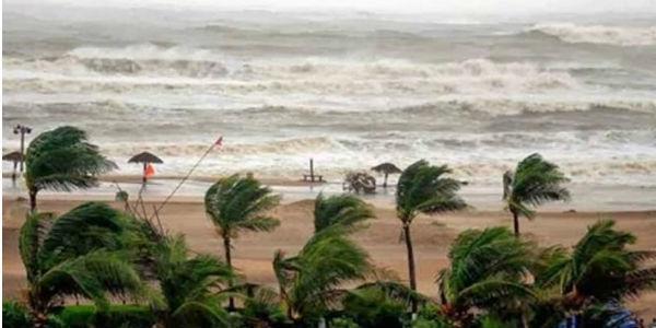 Cyclone hits Bangladesh coast