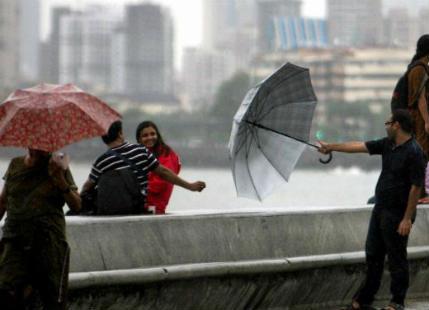 Mumbai Rains cross 1000 mm mark, moderate showers to continue