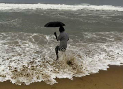 Heavy rains likely over Andhra Pradesh as Severe Cyclone Vardah inches closer
