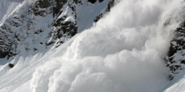Passenger vehicle hit by avalanche in J&K, seven trapped