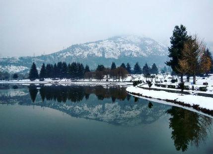 Snow clad Srinagar looks like an inaccessible wonderland