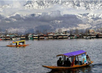 snowfall-Dal-Lake-in-Kashmir-India