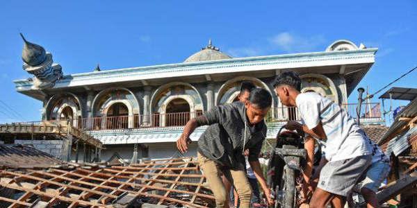 Tsunami strikes Indonesia Island of Sulawesi after 7.5 quake