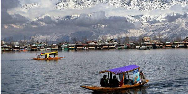 snowfall-Dal-Lake-in-Kashmir-India