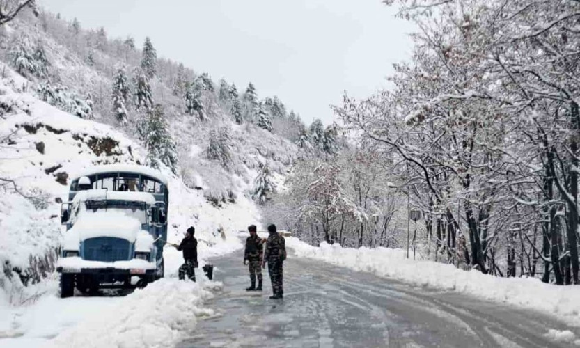jammu-and-kashmir-snowfall-min-1000x600